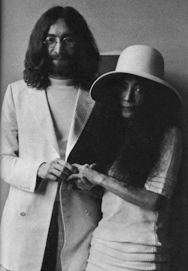 John Lennon infila la fede a Yoko Ono