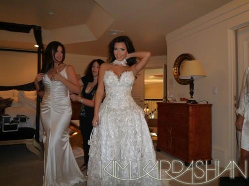 Kim Kardashian prova l'abito del secondo matrimonio della madre 1991
