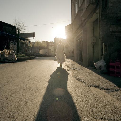 Pippa Bacca cammina di spalle con abito da sposa