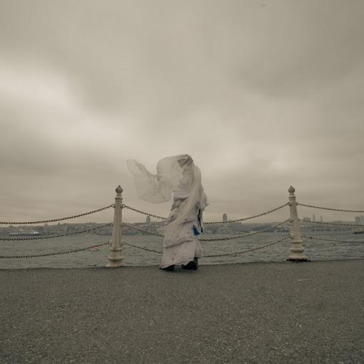 Pippa Bacca in abito da sposa con velo al vento