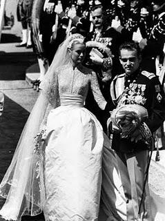Grace Kelly e Ranieri di Monaco al termine delle nozze in chiesa