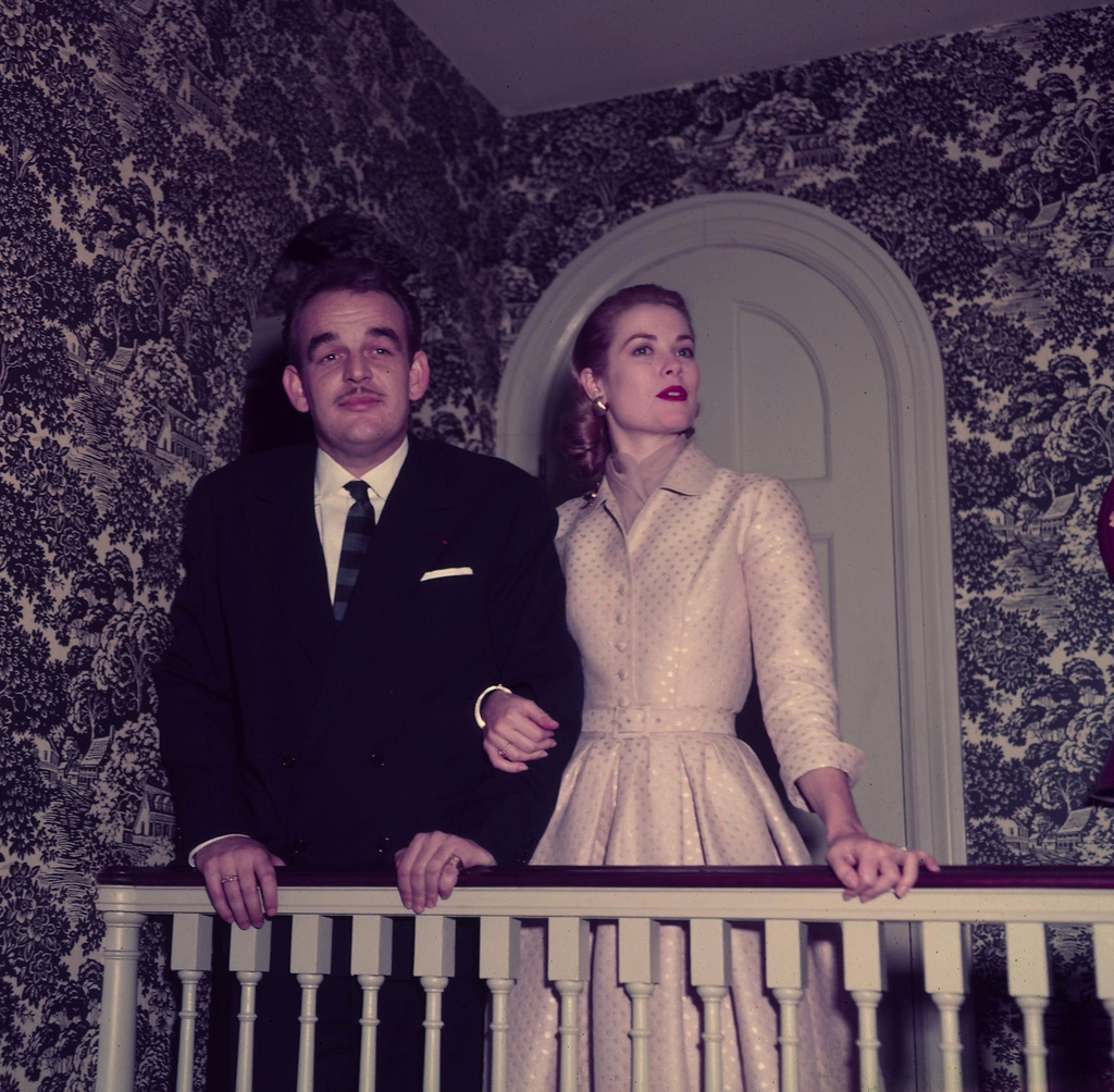 Grace Kelly e principe Ranieri annunciano fidanzamento da disconaplondon.files.wordpress.com