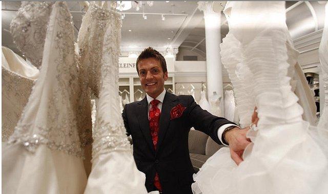 81859ba7d5a3 Randy Fenoli trova l abito da sposa perfetto