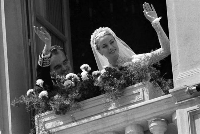 Grace Kelly e Ranieri di Monaco si affacciano da palazzo reale - foto da vanityfair.it