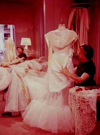 Helen Rose al lavoro su abito da sposa Grace Kelly - da nuovasartoriasposa.blogspot.com