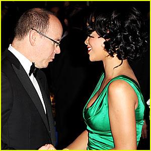Alberto di Monaco saluta Rihanna al 2007 World Music Awards di Monte Carlo da justjared.buzznet.com