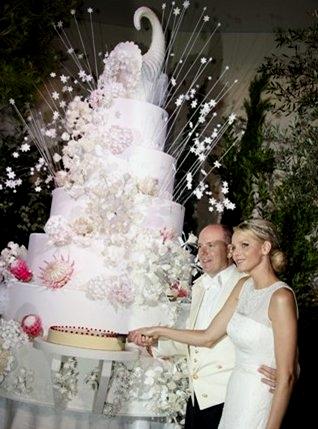 Alberto e Charlene di Monaco taglio torta - Foto da vanityfair.it