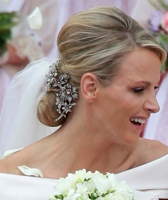 Charlene di Monaco con fermaglio capelli alle nozze