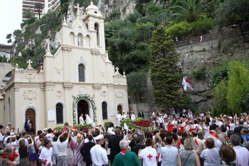Folla fuori da Chiesa di Aanta Devota - Foto Pacific Coast News
