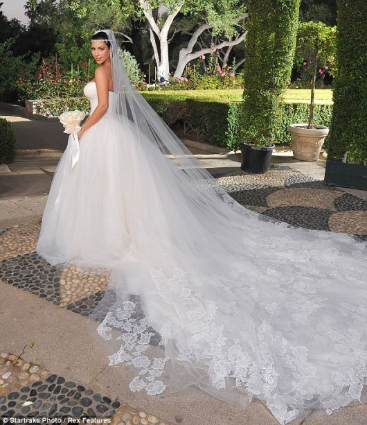 Kim Kardashian in abito da sposa Vera Wang - Photo Startracks-Rex Features
