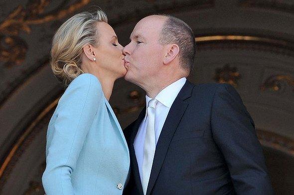Alberto e Charlene di Monaco bacio nozze civili - Getty Images