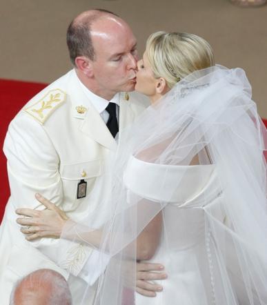 Bacio Alberto e Charlene di Monaco a nozze religiose - Foto da tgcom