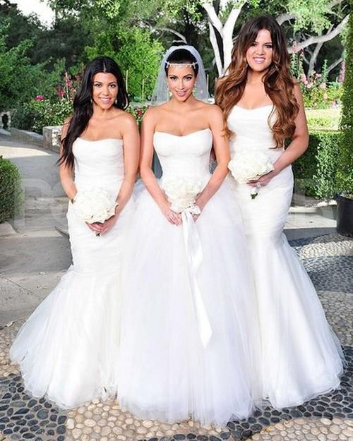Kim Kardashian sposa con le sorelle in abito bianco