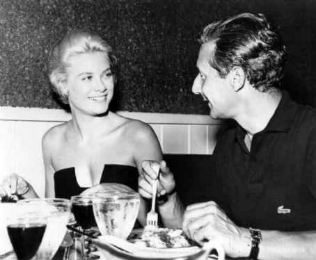 Nel libro The wedding dress questa foto è indicata come la cena di fidanzamento tra Oleg Cassini e Grace Kelly