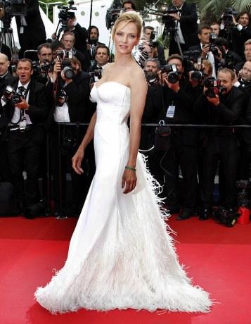 Uma Thurman in Versace alla serata di apertura del Festival di Cannes 2011
