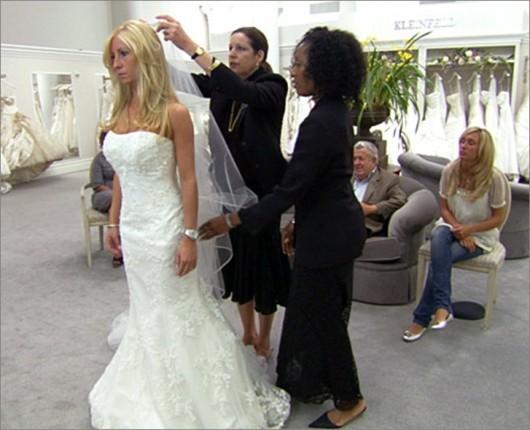 Assistenti da Kleinfeld mettono il velo alla sposa