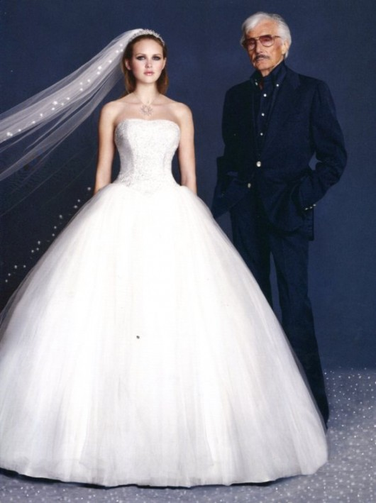 Oleg Cassini con un modello da sposa ball gown