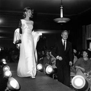 Virginia Joan Bennet , moglie di Edward Kennedy, chiude una sfilata di Cassini a Boston nel 1962