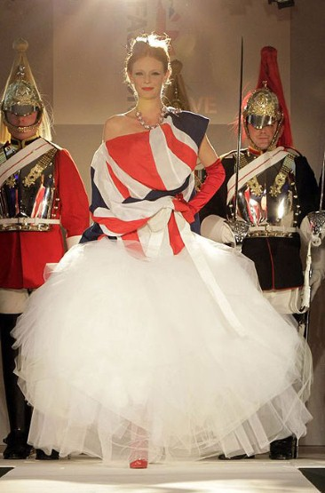 Abito creato da Vivienne Westwood per il Fashion For The Brave Dinner at Dorchester Hotel, che si è tenuto a Londra il 27 Ottobre 2010, come serata di raccolta fondi per il Help For Heroes and the Army Benevolent Fund