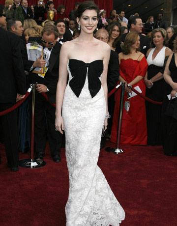 Anne Hathaway agli Oscar 2007 - Foto ROBERTO SCHMIDT/AFP/Getty Images