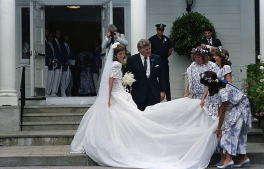 Caroline Kennedy alle nozze con Edwin Schlossberg accompagnata da Edward M. Kennedy
