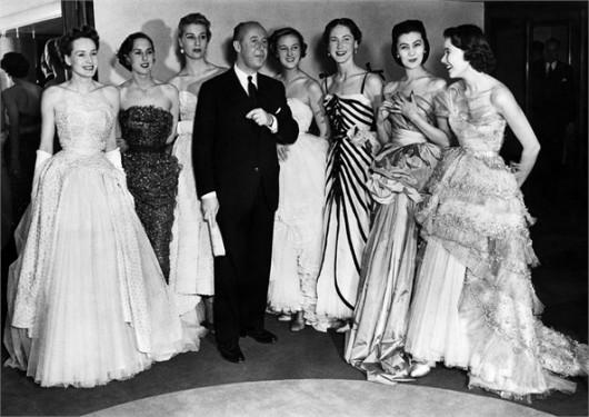 Christian Dior con le sue modelle ad una sfilata nel 1950 © Corbis