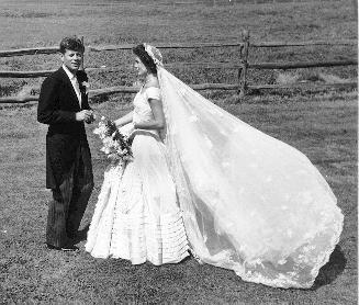 Jackie K. e JFK al ricevimento di nozze sul prato di Hammersmith Farm