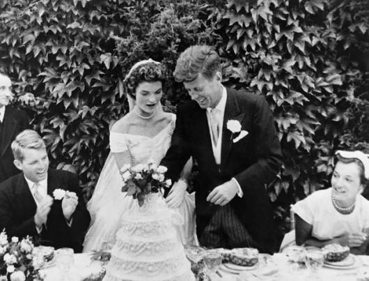 Taglio della torta alle nozze tra John F. Kennedy e Jackie Kennedy - Image by © Bettmann/CORBIS