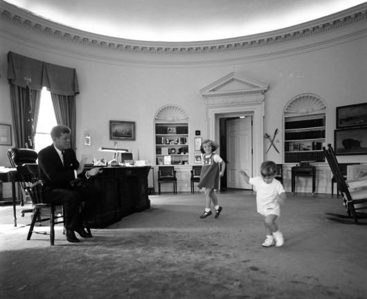 Il Presidente Kennedy cn i filgli Caroline e John Jr. nello Studio Ovale 10.10.1962. Foto Cecil Stoughton, White House  John F. Kennedy Library