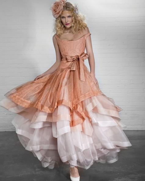 Vivienne Westwood Princess Dress in tulle con corpetto color corallo scintillante sovrapposto a strati di organza