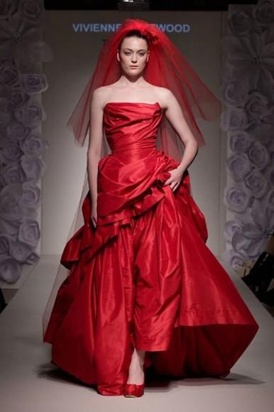 Vivienne Westwood Paperbag Frill Dress: per la sposa più coraggiosa, che poi è la preferita della Westwood, abito rosso in tulle con velo ricamato