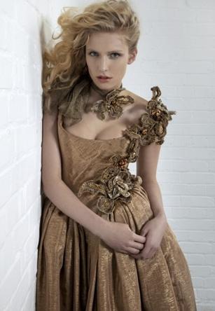 Vivienne Westwood Beauty Queen Dress: abito marrone e oro con dettagli di ricami floreali
