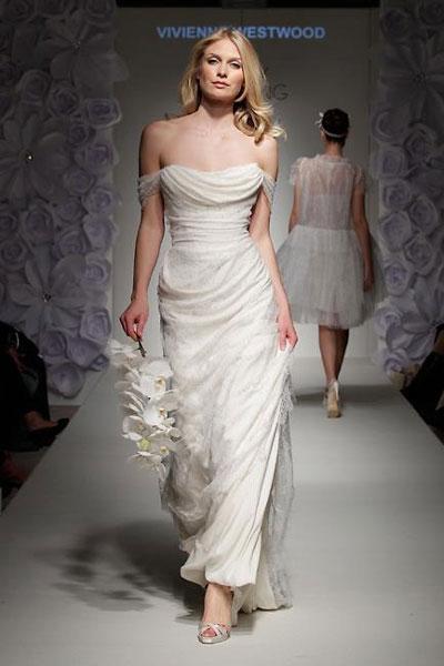 Vivienne Westwood Ball Tie Dress : abito color crema dal bustino drappeggiato con pizzo e georgette di seta che termina a colonna con lungo strascico