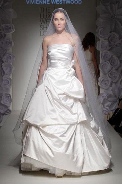 Vivienne Westwood Capon Dress: per la sposa più tradizionale, in duchesse di satin con sottogonna in tulle