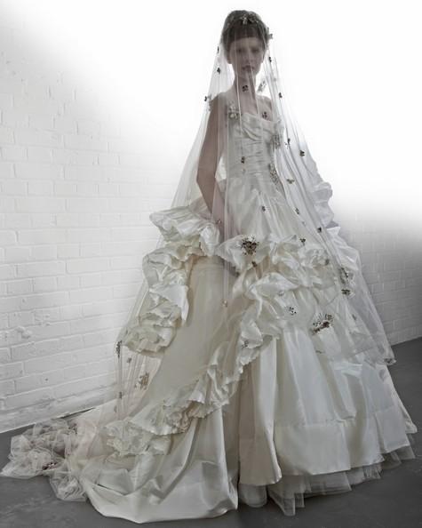 Vivienne Westwood Sasha Frill Dress: abito molto voluminoso in taffettà di seta con sottogonna in tulle