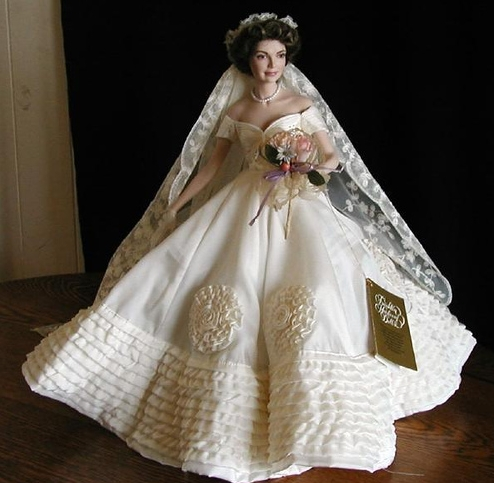 Bambola raffigurante Jackie Kennedy sposa