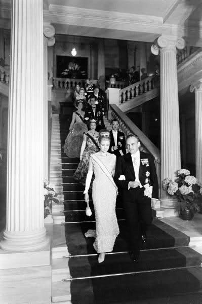 Grace e Ranieri di Monaco arrivano al ricevimento la sera prima delle nozze di Sofia di Grecia 1962