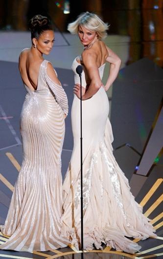 Jennifer Lopez e Cameron Diaz agli Oscar 2012 - Foto Reuters