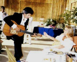 """Keith Richards suona chitarra per Patti alle nozze - Foto da Biografia """"Life"""" Edizioni Feltrinelli"""