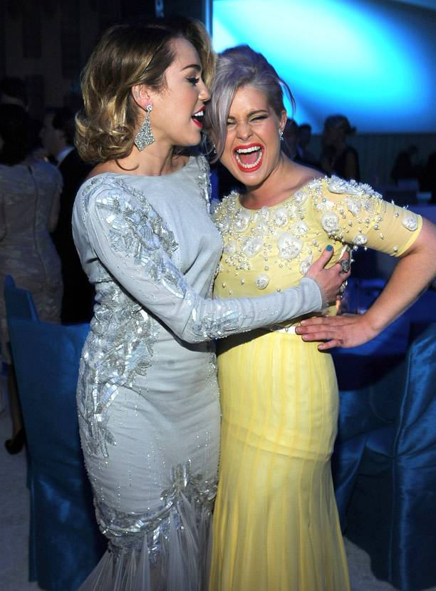 Miley Cyrus con Kelly Osbourne ai festeggiamenti per gli Oscar 2012