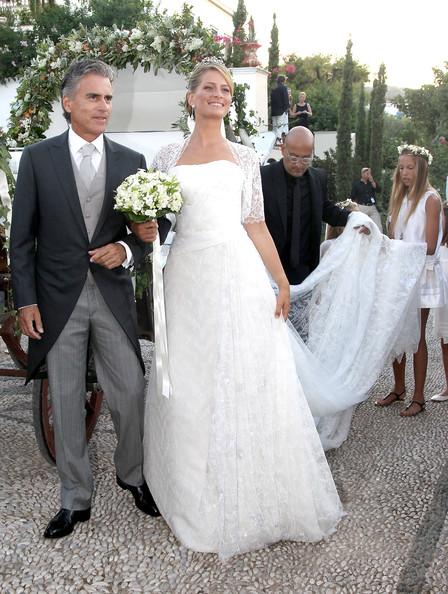 La Principessa Tatiana arriva alla cattedrale col patrigno assistista dallo stilista - Angel Sanchez- Foto Getty