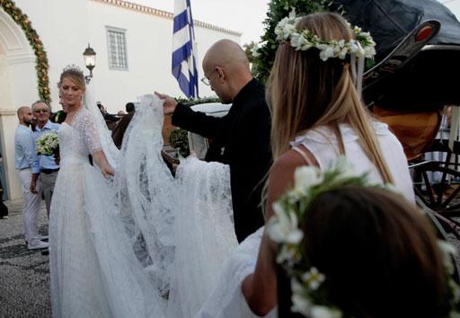La Principessa Tatiana arriva alla cattedrale assistista dallo stilista Angel Sanchez- Foto Getty