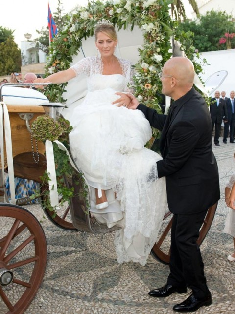 La Principessa Tatiana scende dalla carrozza aiutata dallo stilista Angel Sanchez - Foto Rex Features