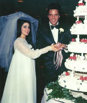 Elvis e Priscilla Presley tagliano la torta nuziale - Foto Getty