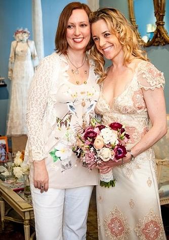 Claire Pettibone con modella in abito da sposa Genevieve
