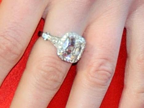 L'anello di fidanzamento di Anne Hathaway
