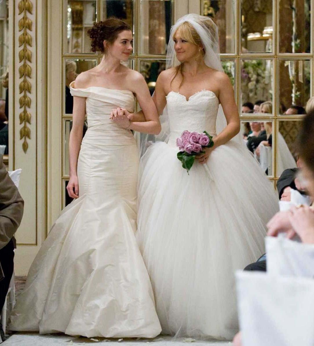 Anne Hathaway e Kate Hudson in Vera Wang nel film Bride Wars 2009