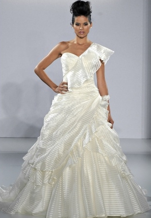 abito da sposa Belle Ian Stuart 2013 Supernova collection prezzo sterline 2.625 foto marthastewartweddings