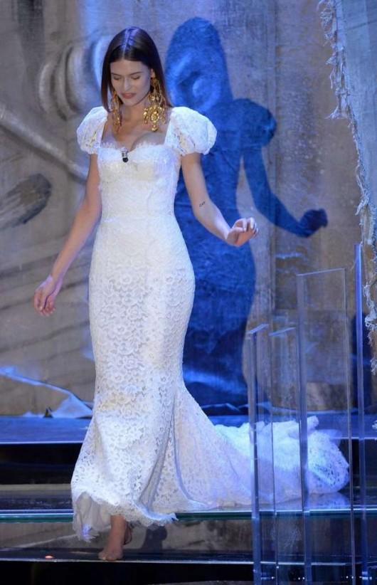 Bianca Balti in abito bianco Dolce & Gabbana a Sanremo 2013 foto Ansa