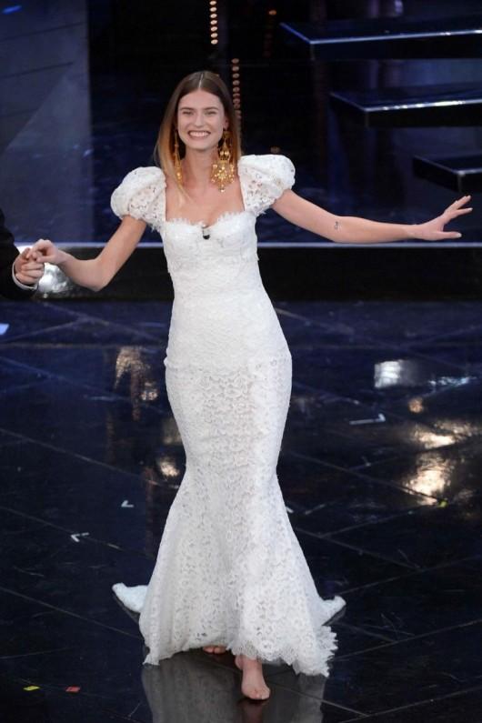 Bianca Balti in abito bianco Dolce & Gabbana a Sanremo 2013 foto Lapresse